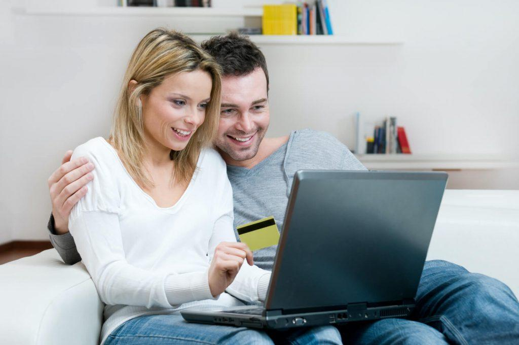 Glückliche E-Commerce Kunden